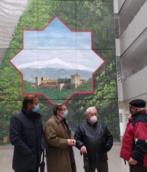 Concejales y representantes vecinales, frente al mural.