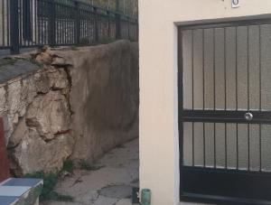 Imagen del estado del muro, junto al portal del bloque de viviendas.