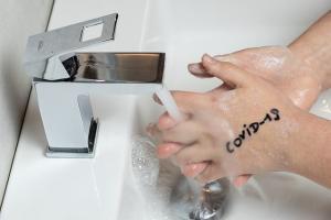 Geles con alcohol, antisépticos o lavado de manos con jabón, claves para luchar contra el Covid-19.