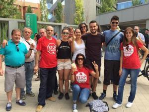 Nati, con activistas de Stop Desahucios 15M, tras conocer la paralización de su desahucio.