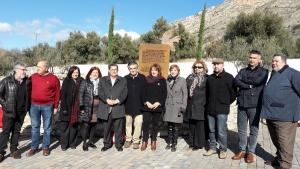 Foto de familia de los asistentes al homenaje.