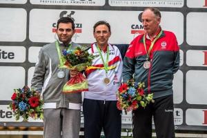 En el centro, Melitón Briñas luce su medalla de oro.
