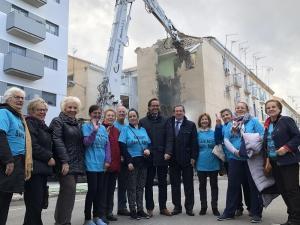Vecinas de Santa Adela y detrás los trabajos de demolición.
