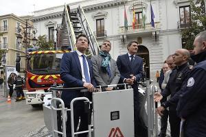 Luis Salvador, César Díaz y Pedro Fernández, atienden las explicaciones del jefe de Bomberos.