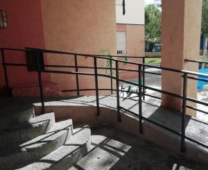 Rampa y escalones de uno de los edificios que serán reformados.
