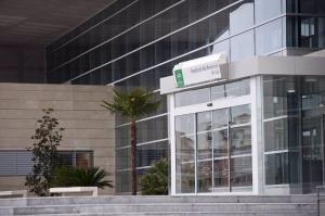Los dos trabajadores intoxicados por inhalación de humo fueron atendidos en el Hospital de Loja.