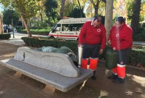 Voluntarios ofrecen equipo de abrigo a una persona en el Salón.