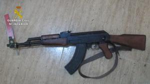 Fusil de asalto kalashnikov inutilizado, requisado a la banda.