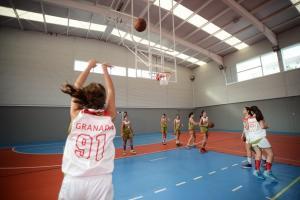 Un equipo de chicas practica el baloncesto.