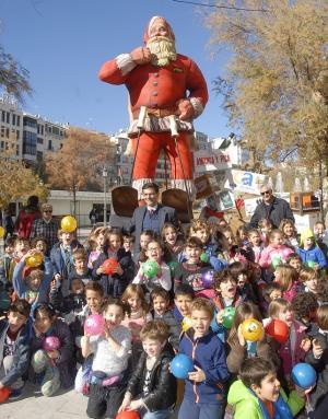 El alcalde posa con niños junto al Papá Noel, en Puerta Real.