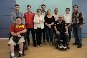 La delegada del Gobierno, junto a los paralímpicos granadinos.