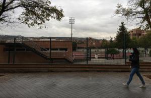 Una joven camina junto al complejo deportivo Núñez Blanca.