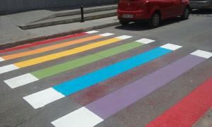 Pasos de cebra se han coloreado como la bandera arcoíris.