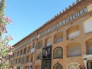 """Patio de Santiago del cementerio de Granada con el lema """"Aquí yacen los caídos por Dios y la patria"""""""