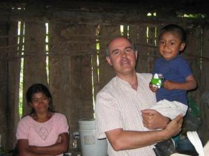 El sacerdote Patricio Larrosa durante su labor en Honduras.
