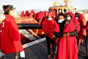 Voluntariado de Cruz Roja esperaba a las personas rescatadas, entre la que hay una niña de corta edad.