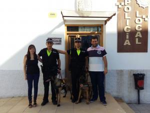 la alcaldesa de Las Gabias (izquierda) y el concejal de Seguridad (derecha), junto con los dos agentes de la Unidad Canina y Drey y Harry.