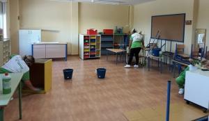Limpieza de un aula en un centro educativo del municipio.