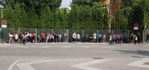 Los estudiantes, este lunes en la parada del autobús.