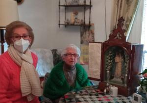Pilar Carralcázar, una de las impulsoras de la campaña, junto a Hortensia, la dueña de la capilla portátil, ya en su casa.