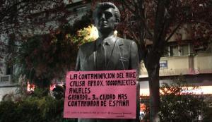 Uno de los carteles, que denuncia la contaminación en Granada.
