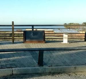 Placa arrancada que señalaba este punto del río Guadalfeo como Lugar de Memoria.