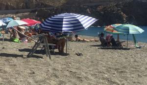 Veraneantes en una playa del litoral de Granada.