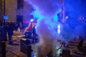 Imagen de un contenedor ardiendo en Plaza Nueva.