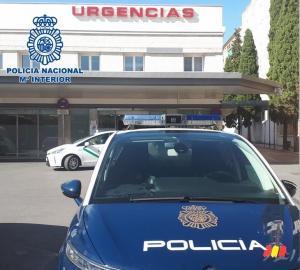 Vehículo policial en las Urgencias del Virgen de las Nieves.