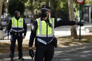 Agentes de la Policía Local de Granada en un control.