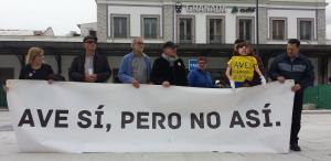 Representantes de la Marea Amarilla en el acto simbólico celebrado este miércoles a las puertas de la estación de trenes.