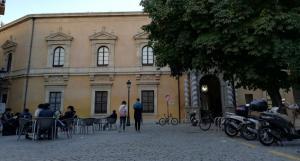 Plaza de la Universidad, con la Facultad de Derecho al fondo y terrazas.