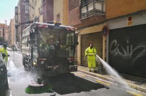 Operarios de limpieza intervienen en una calle de Granada capital.