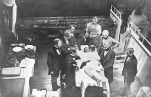 Fotografía tomada de la primera operación con anestesia general en Harvard (16 de octubre de 1846), por el retratista Albert Southworth Hawes. En realidad, se trata de un posado del día después, ya que el fotógrafo se desmayó al ver la sangre y no disparó el obturador en el momento adecuado.