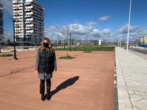 La concejala Eva Martín, en la nueva zona que se está urbanizando.