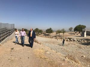 El PP visitó hace dos años el estado de la pasarela peatonal inacabada.