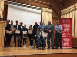 Alumnos premiados del Zaidín-Vergeles, junto  representantes de UGT y de la Junta.