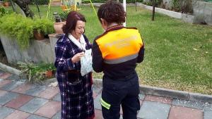 Una voluntaria de Protección Civil de Monachil entrega medicinas a una vecina del municipio.
