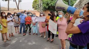 Imagen de la protesta celebrada este viernes junto a los Juzgados de la Caleta.