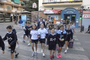 El alcalde ha acompañado a los escolares en su ruta.