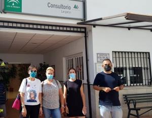 Representantes del PSOE de Lanjarón junto al consultorio.