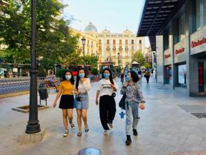 Un grupo de jóvenes camina por Puerta Real.