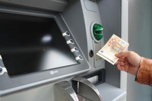 El robo se producía cuando la víctima sacaba dinero de un cajero.