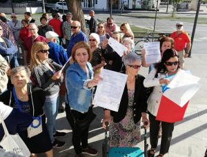 Vecinas muestran sus recibos, el pasado junio, a las puertas de los Juzgados de La Caleta.