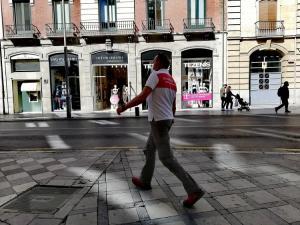Un hombre camina, este viernes, desde Puerta Real a Recogidas.