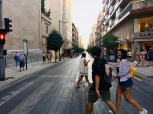 Peatones caminan por Recogidas en una imagen tomada en agosto.