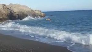 Los bañistas estaban muy cerca de rocas, en medio del oleaje.