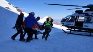 Evacuación de un montañero el sábado pasado en el Corral del Veleta.