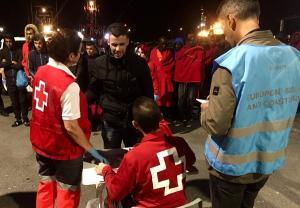 A su llegada al Puerto de Motril han recibido una primera asistencia de Cruz Roja.