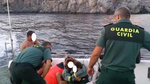 Los náufragos, tras ser rescatados del agua.